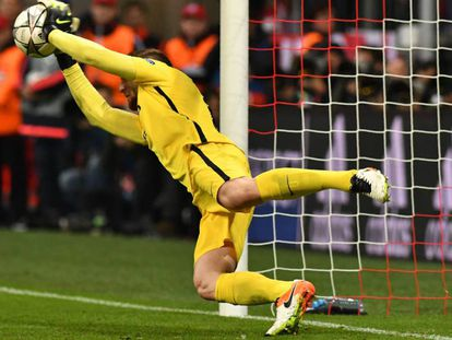 Oblak detiene el penalti a Müller.