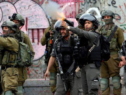 Fuerzas de seguridad israelíes, en un enfrentamiento con manifestantes palestinos en Belén.