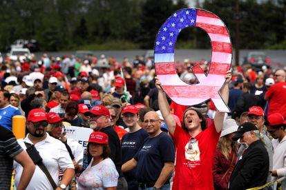 """Un asistente a un mitin de Donald Trump en agosto de 2018 en Pensilvania sostiene una enorme """"Q"""", símbolo del movimiento QAnon."""