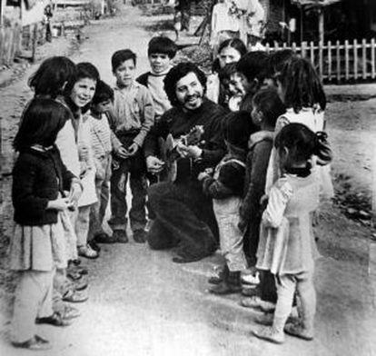 Víctor Jara cantando para un grupo de niños