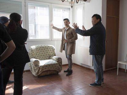 Clientes chinos visitan un piso para comprar en Madrid, esta semana