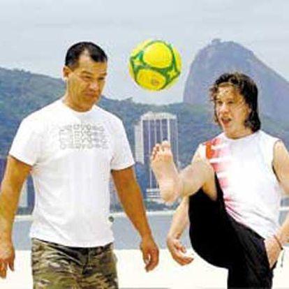 Ulf y Martin Lindberg, el hijo y el nieto suecos de Garrincha (abajo), juguetean en Río de Janeiro, donde acaban de conocer a su familia brasileña.