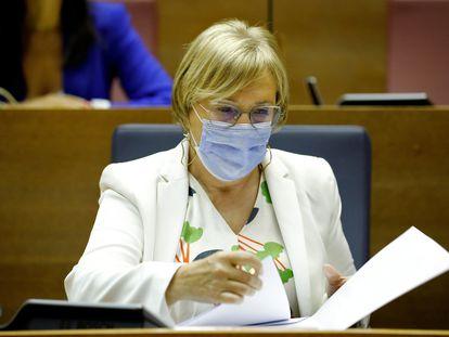 La consejera de Sanidad, Ana Barceló, en su escaño en las Cortes Valencianas.