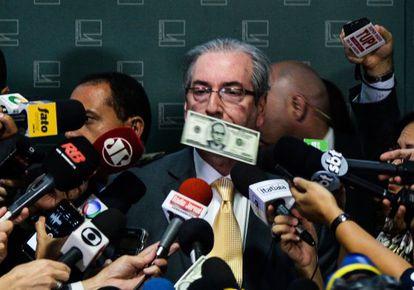 El presidente del Congreso, Eduardo Cunha, recibe una lluvia de dólares falsos en Brasilia, el 4 de noviembre pasado.