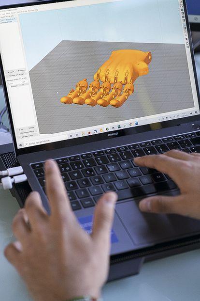 Guillermo  Martínez trabaja con su ordenador en un programa de laminado 3D que sirve para disponer los objetos a imprimir y definir sus propiedades.