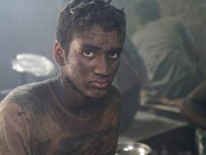 Omar Ali pule una olla en una fábrica de aluminio en Dacca (Bangladesh) por 100 euros al mes.