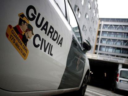 Un coche de la Guardia Civil en los aledaños del Complexo Hospitalario de A Coruña esta mañana.