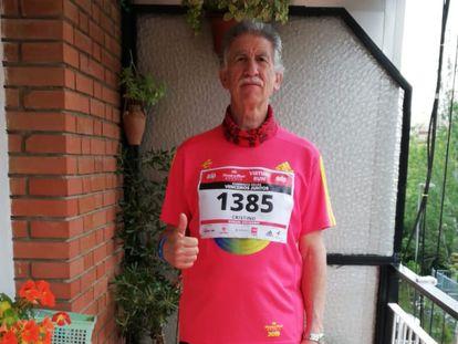 Cristino Sandoval, de 66 años, en la terraza de siete metros de su piso de Madrid en la que hoy ha corrido los 42 km del maratón