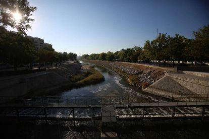 Vista del río Manzanares ayer desde la presa del Puente de los Franceses.