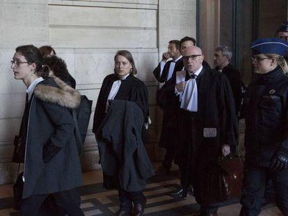 El abogado de Carles Puigdemont, Paul Bekaert, al término de la audiencia en el Palacio de Justicia de Bruselas, este viernes.