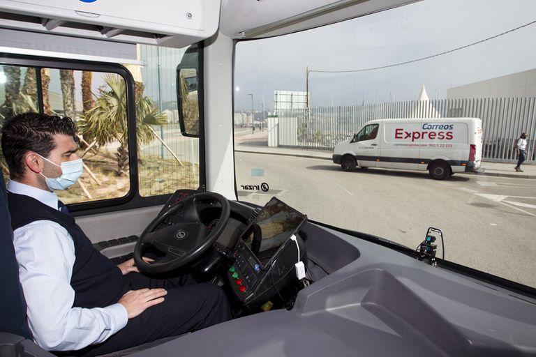 El conductor José Antonio Gálvez, en el autobús autónomo en pruebas de Málaga.