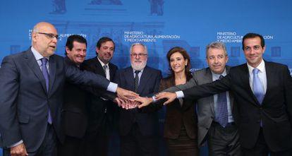 Cañete, en el centro, sella el pacto con los consejeros de las cinco comunidades. A su derecha, el secretario de Estado, Federico Ramos.