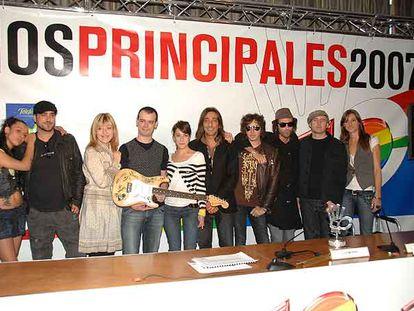 De izquierda a derecha, Hanna, Antonio Orozco, Cristina Llanos (Dover), el dúo Nena Daconte, Antonio Carmona, Pereza, Juan Aguirre (Amaral) y Conchita, con la guitarra firmada por todos ellos.