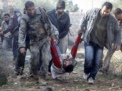 Rebeldes sirios evacuan a un compaero herido.