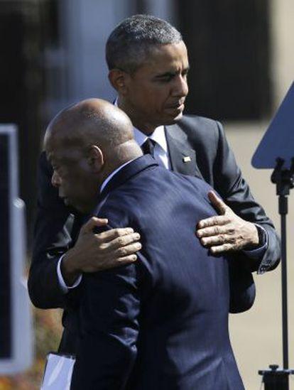 Obama se abraza al congresista John Lewis, uno de los manifestantes que resultaron heridos en Selma.