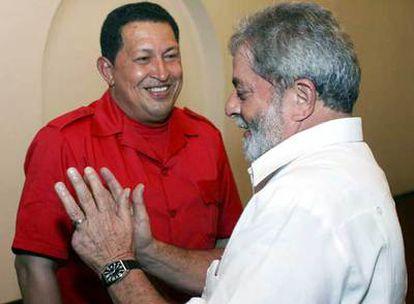 Hugo Chávez (izquierda) conversa con Luiz Inácio Lula da Silva ayer en Manaos.