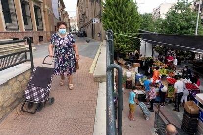Una mujer de Totana cerca de un mercadillo.