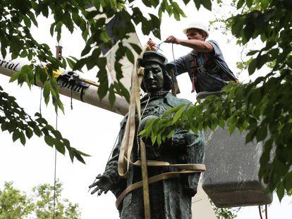 Un operario del Ayuntamiento de New Haven, este jueves durante la retirada de una estatua de Cristóbal Colón de un parque de la ciudad.