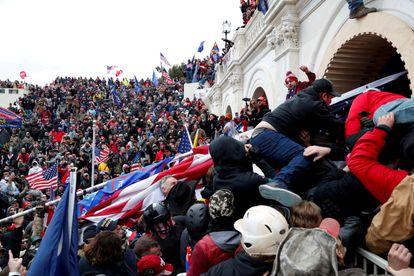 Hordas leales a Donald Trump asaltan el Capitolio de Washington, el 6 de enero.