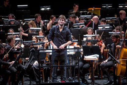 Lucas Vidal (centro) dirige a la Barbieri Symphony Orchestra en un ensayo en el Teatro Real.