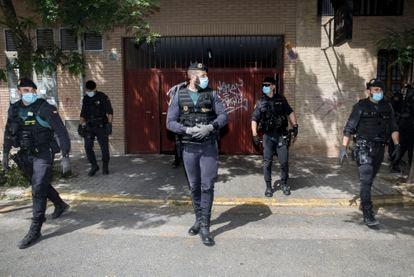 Miembros de la Guardia Civil frente a la casa del exsubdelegado del Gobierno en Valencia, Rafael Rubio, este jueves.