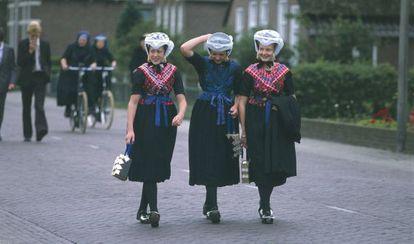Calvinistas holandesas con trajes tradicionales.