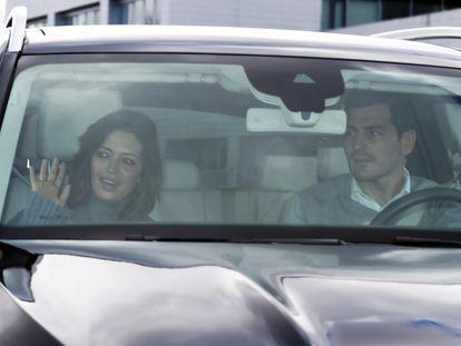 Sara Carbonero abandona junto a Iker Casillas el hospital madrileño donde estaba ingresada.