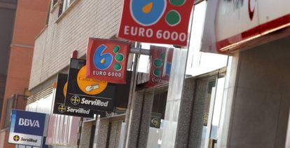 Varias sucursales bancarias en una calle madrileña.