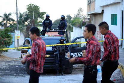 La policía resguarda la casa donde la Marina abatió al H2.