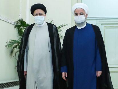 El presidente electo, Ebrahim Raisi (a la izquierda), junto con el presidente iraní, Hassan Rouhani, antes de la rueda de prensa este sábado en Teherán.