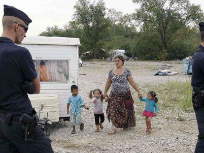 La policía desaloja el campamento gitano cerca de Lyon.