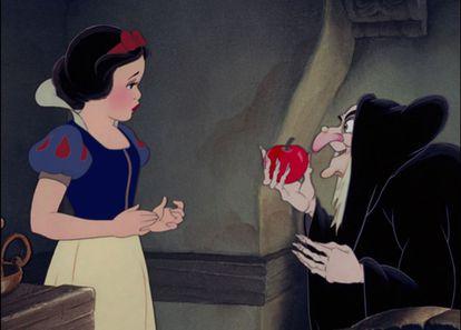 Blancanieves y la bruja, en un fotograma de la película de Disney de 1937.