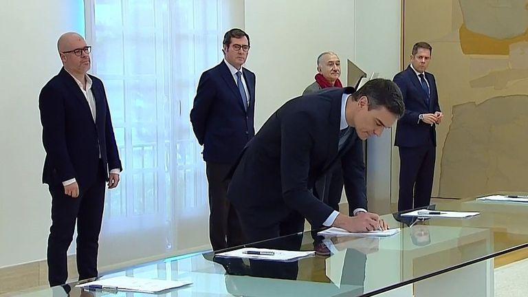 E presidente del Gobierno, Pedro Sánchez, durante la firma, este lunes, con los líderes de las patronales CEOE y Cepyme y de los sindicatos UGT y CCOO.