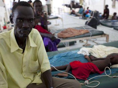 Un hombre agurad junto a la cama de su hija, enferma de malaria, en Sudán del Sur, el pasado septiembre.