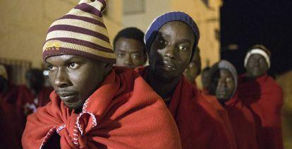 Varios inmigrantes subsaharianos rescatados este martes cerca de la isla de Alborán.