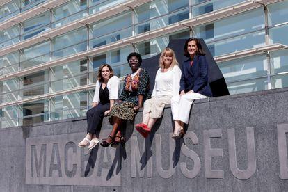 La nueva directora del Museo de Arte Contemporáneo de Barcelona (MACBA), la historiadora del arte Elvira Dyangani Ose (segunda por la izquierda), así como la alcaldesa Ada Colau (a su izquierda), vicepresidenta de este órgano y asesora de Cultura, Natàlia Garriga y la presidenta de la Fundación MACBA, Ainoha Grandes.