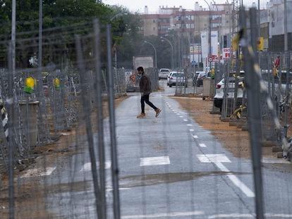 Una de las calles del polígono industrial Calonge, en Sevilla, con las obras paradas.