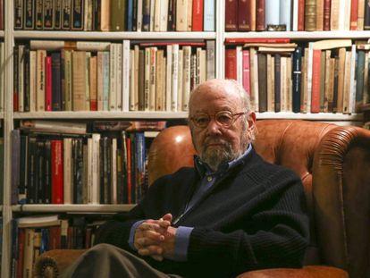 El escritor José Manuel Caballero Bonald, en su casa de Madrid, en 2015.