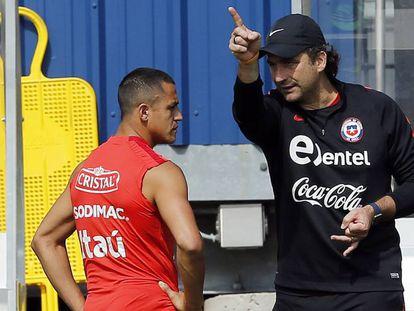 Pizzi da instrucciones a Alexis Sánchez.