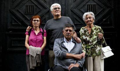 De izquierda a derecha: Felisa Echegoyen, Chato Galante (torturado por Billy el Niño), junto a Carlos Slepoy y Ascensión Mendieta, en la puerta de la antigua Dirección General de Seguridad (hoy Real Casa de Correos, sede de la Comunidad de Madrid), en 2013.