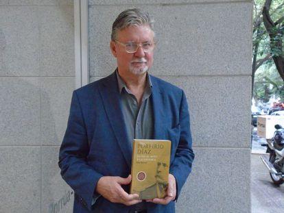 El historiador Paul Garner posa con su libro.