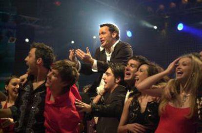 El presentador Carlos Lozano rodeado de los 'triunfitos' durante una de las galas del concurso, en 2001.