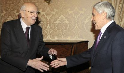 Franco Marini (derecha), entonces presidente del Senado, saluda al presidente de la República, Giorgio Napolitano, en 2008.