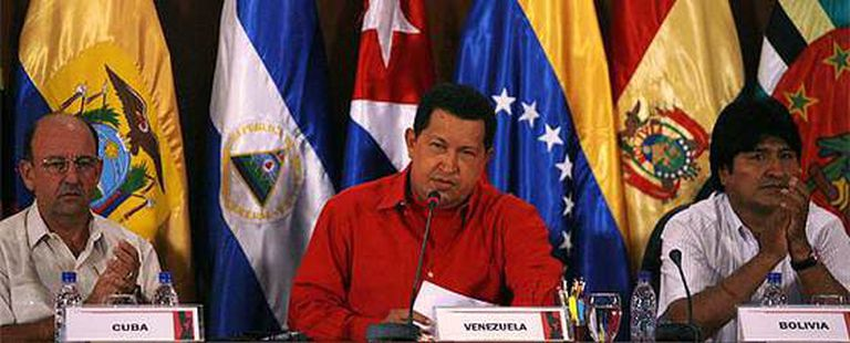 El vicepresidente cubano Carlos Lage, el presidente de Vanezuela Hugo Chavez y el presidente boliviano Evo Morales durante la primera jornada de la cumbre ALBA