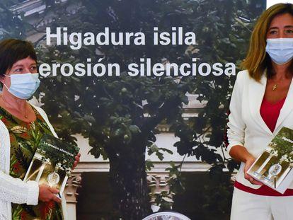 La consejera de Autogobierno, Olatz Garamendi (derecha), y la directora de su departamento, Begoña Pérez de Eulate, durante la presentación este viernes en Bilbao del libro 'La erosión silenciosa'.