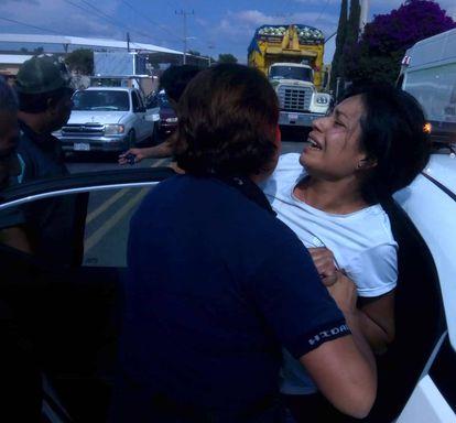 Momento en el que la doctora Beatriz Hernández es detenida por la fuerza.