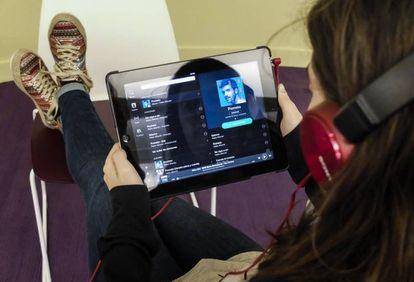 Una oyente escucha música de Pablo Alborán en Spotify.