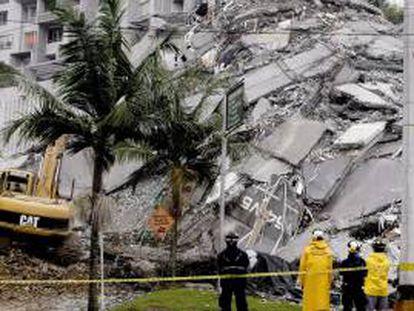 Integrantes de equipos de rescate remueven escombros en el edificio Space luego que la Torre 6 de este edificio se colapsara el pasado 12 de octubre Medellín (Colombia). EFE/Archivo