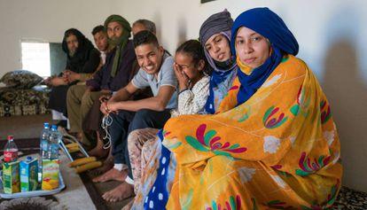 Maloma Morales, en una imagen reciente acompañada de su familia biológica en su casa del campamento de Smara (Tinduf).