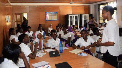 Larisa Akrofie en una de sus charlas a jóvenes africanas en el sector STEM (Ciencia, tecnología, ingeniería y matemáticas).
